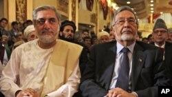 Calon kuat pemilu presiden Afghanistan – Abdullah Abdullah (kiri) dan Zalmai Rassoul pada konferensi pers bersama di Kabul Minggu (11/5).
