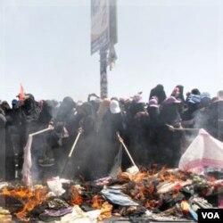 Protes menentang Presiden Ali Abdullah Saleh di Sana'a yang dihadiri para perempuan berburka.