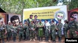 Al centro, el ex comandante de las FARC, Iván Márquez, lee una declaración por medio de la cual se apartan de los Acuerdos de Paz en Colombia. Captura de pantalla de agosto de 2019.