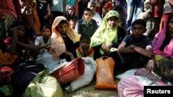 Para pengungsi Rohingya yang memasuki Bangladesh untuk menghindari kekerasan di Rakhine, Myanmar (21/11).