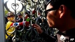태국 방콕의 정부 청사를 봉쇄한 반정부 시위대가 정부 건물을 경계 중인 경찰에게 꽃을 건내고 있다.