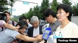 지난 8월 서울 중국대사관 앞에서 열린 전재귀 목사 석방 촉구 기자회견에서 부인 박성자 씨가 발언하고 있다. (자료사진)
