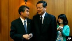 Wakil Menlu Jepang Akitaka Saiki (kanan) bersalaman dengan Wakil Menlu Korsel Cho Tae-yong sebelum pertemuan di Seoul, Korsel Rabu (12/3).