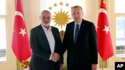 土耳其总统埃尔多安(右)与哈马斯资深政治领导人哈尼亚握手(2020年2月1日资料照片)