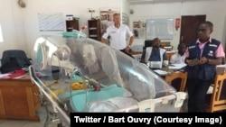 Le personnel soignant congolais suit une formation sur l'utilisation du dispositif d'évacuation médical pour les victimes de l'épidémie Ebola à Beni, Nord-Kivu, 22 août 2018. (Twitter/ Bart Ouvry)