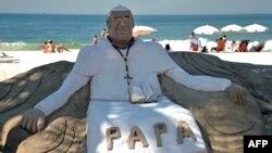 Tác phẩm Đức Giáo Hoàng Phanxicô bằng cát trên bãi biển Copacabana ở thành phố Rio de Janeiro, Brazil. Hơn 1.5 triệu người hành hương từ khắp nơi trên thế giới dự kiến sẽ đổ về Rio khi Ðức Giáo hoàng đến thăm từ ngày 22 đến ngày 28 tháng 7 nhân Ngày Giới trẻ Thế giới.