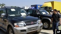 ျမန္မာ ကြန္ဗင္းရွင္း စင္တာ (MCC) ၌ က်င္းပခဲ့တဲ့ ၂၀၁၂ ကားျပပြဲ တြင္ ေတြ႔ရေသာ မစ္ဆူဘီရွိ ကား ႏွင့္ လာေရာက္ၾကည့္ရႈသူ တစ္ဦး။ ဇန္နဝါရီလ ၂၀၊ ၂၀၁၂။