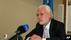 Aldo Dell 'Ariccia, European Union ambassador to Zimbabwe gives a press conference, Harare, May 8, 2012.