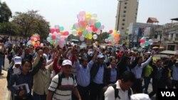 Aktivis dan pemimpin Konfederasi Serikat Kamboja berdemonstrasi di jalanan di Phnom Penh, menuntut pembebasan 21 tahanan. (Foto: Dok)