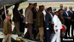 Jenasah mantan Presiden Afrika Selatan Nelson Mandela tiba di bandara Mthata di provinsi Eastern Cape province, 900 kilometer sebelah selatan Johannesburg (14/12). Mandela akan dimakamkan di kota kelahirannya, Qunu (15/12).