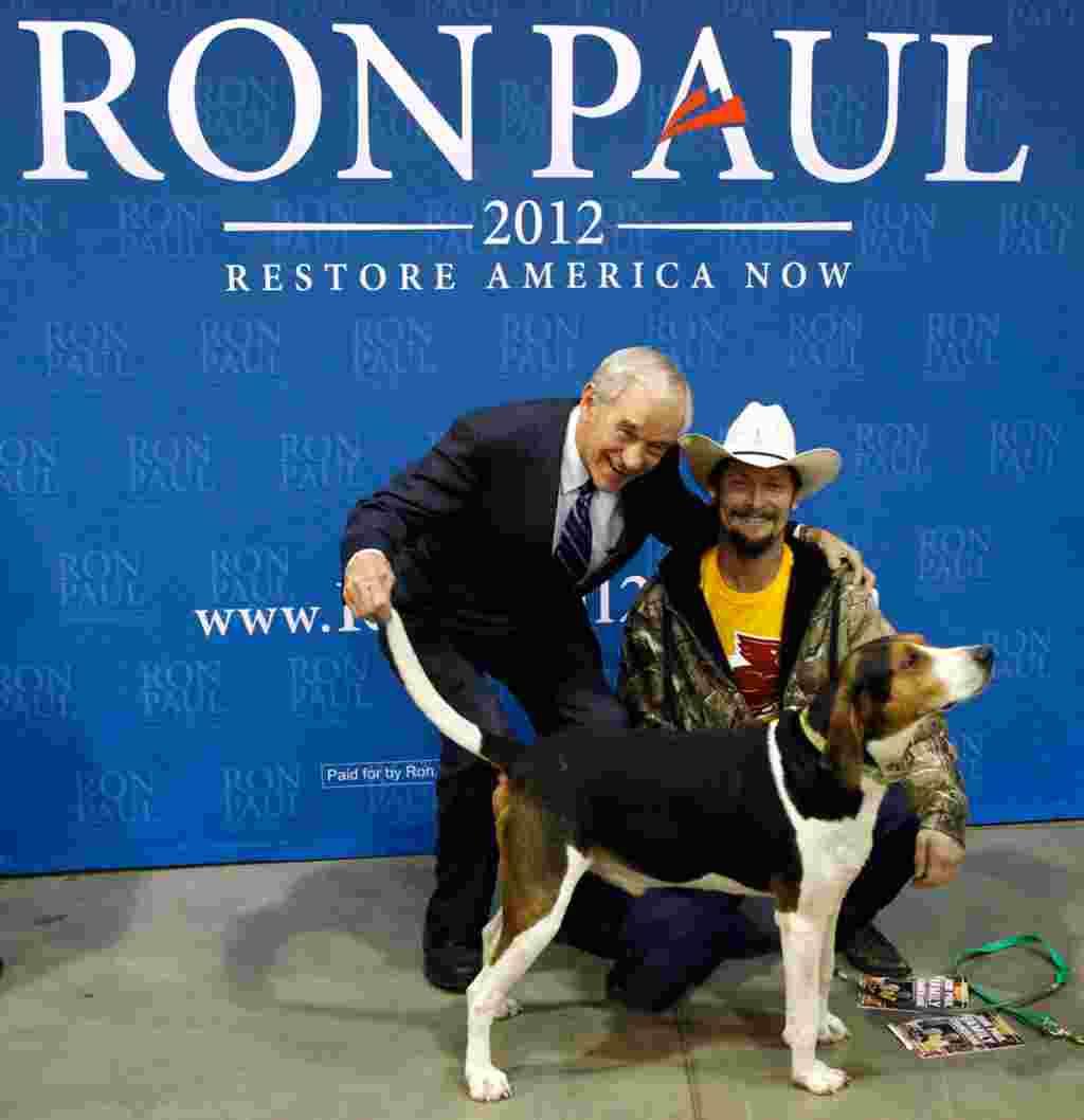 Ron Paul berpose dengan seorang pendukungnya, Jon Hathaway, di Iowa State Fair Grounds di Des Moines, Iowa, 28 Desember 2011 (AP).
