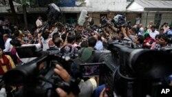 Nhân viên truyền thông vây quanh luật sư biện hộ Rajesh Tiwari bên ngoài một tòa án thiếu nhi tại New Delhi, Ấn Độ, ngày 25/7/2013.