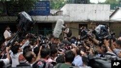 Para wartawan berbagai media mengerumuni pengacara Rajesh Tiwari (tidak terlihat) di luar pengadilan remaja di New Delhi, India (25/7). Pengadilan telah menangguhkan vonis atas kasus perkosaan brutal yang dilakukan oleh sekelompok pemuda terhadap perempuan dalam bus di kota itu bulan Desember lalu.
