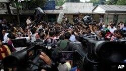 Phóng viên vây quanh luật sư biện hộ Rajesh Tiwari bên ngoài 1 tòa án vị thành niên tại New Delhi, Ấn Độ, Thứ Năm 25/7/2013
