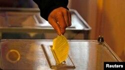 Seorang pria memberikan suaranya dalam referendum status Krimea di Sevastopol 16 Maret 2014.