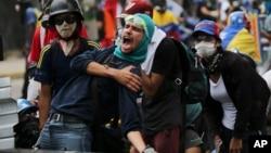 反政府抗议者在最高法院外抗议,以此对委内瑞拉总统马杜罗施加压力,迫使他取消原定星期天举行的制宪会议全民公投(2017年7月22日)