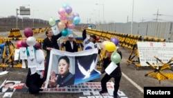 反对朝鲜的抗议者2013年4月10日在首尔以北坡州通往分隔韩国和朝鲜的非军事区附近的朝鲜地区的大统一桥上释放和平信息的气球。