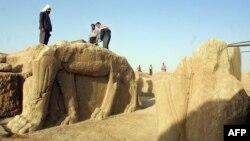 Para pekerja Irak melakukan penggalian situs arkeologi kuno kota Nimrud pada tahun 2001 (foto: dok). Pemerintah Irak mengatakan militan ISIS menghancurkan situs ini.