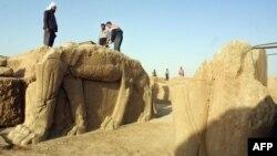 Các nhân viên Iraq lau chùi một bức tượng con bò có cánh tại một địa điểm khảo cổ ở Nimrud. Chính phủ cho biết nhóm Nhà nước Hồi giáo dùng xe ủi đất để phá hủy thành phố cổ Nimrud của người Assyria trong trận tấn công mới nhất, 6/3/15