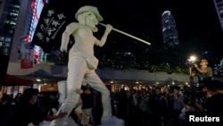 聚集在遮打花园的香港示威者将香港民主女神像竖起来。(2019年9月6日)