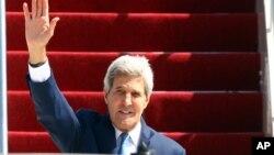 美国国务卿克里10月4日抵达巴厘时,走下飞机向欢迎人群招手