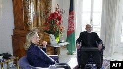 Ngoại trưởng Hoa Kỳ Hillary Clinton trong cuộc hội đàm với Tổng thống Afghanistan Hamid Karzai về tương lai của Afghanistan tại Bonn, Ðức, ngày 5/12/2011