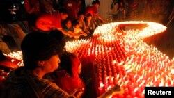 Para aktivis dari World Vision menyalakan 2.880 lilin dalam acara peringatan Hari AIDS sedunia di Jakarta,1 Desember 2009.