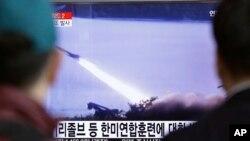 首尔民众在电视前观看朝鲜发射导弹的报道。