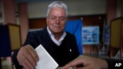2月17日一名男子在塞浦路斯南部港口城市投票选举总统