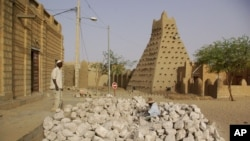 Timbuktu là nơi tọa lạc 16 lăng mộ cổ xưa được cho là nơi chứa hài cốt của các vị thánh Hồi giáo.