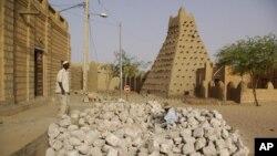 Para pekerja dekat salah satu mesjid bersejarah yang terbuat dari lumpur di Timbuktu, Mali. (Foto: Dok)