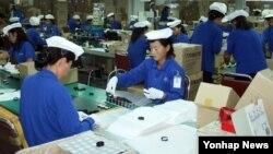 개성공단 재가동이 시작된 지난해 9월 개성공단 내 한국기업 북한 근로자들이 제품 생산 작업 중이다. (자료사진)