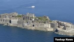 일본 정부는 후쿠오카현 기타큐슈의 야하타 제철소, 나가사키현의 나가사키 조선소 등 현재 가동 중인 시설과 미쓰비시 해저 탄광이 있던 하시마 등 총 23개 시설을 유네스코 세계유산에 산업유산으로 등재 신청했다. 이 가운데는 과거 5만7천900명의 조선인이 강제징용된 7개 시설이 포함돼 있다. 사진은 해저 탄광이 있던 하시마