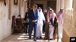 Američki državni sekretar Džon Keri sa saudijskim šefom diplomatije Saudom bin Faisal Abdulaziz Al Saudom u Diriji u Saudijskoj Arabiji, 5. mart 2015.