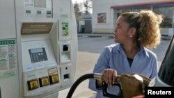 미국 일리노이 주에서 한 여성이 자신에 차를 주유하고 있다. (자료사진)