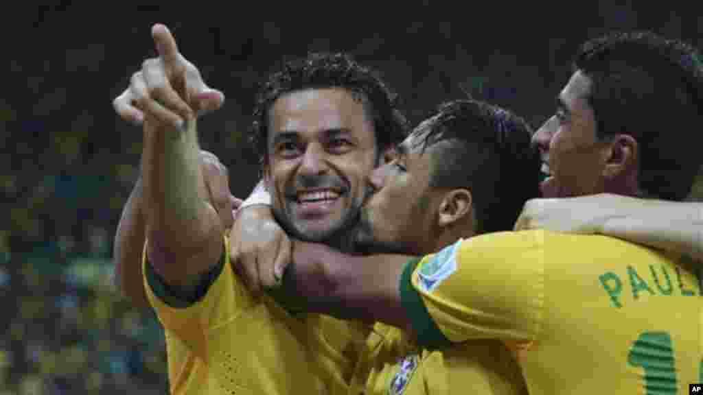 Fred felicitado por Neymar (centro) e Paulino após marcar o terceiro golo contra a Espanha na final da Taça das Confederações