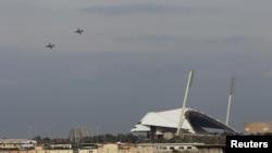 شام کے ساحلی شہر لتاکیہ پر روسی جنگی طیارے پرواز کر رہے ہیں (فائل)