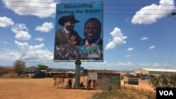 Un panneau en Soudan du Sud, Juba, le 15 avril 2016 qui montre le président Salva Kiir (gauche), et le rebelle Riek Machar (droite). (VOA/J. Patinkin)