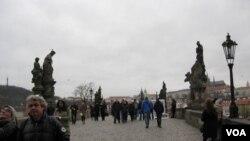 布拉格是各国游客喜爱城市。著名的布拉格查理大桥。(美国之音白桦拍摄)