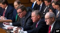 Сенаторы-республиканцы Рон Уайден и Марк Уорнер (второй и третий слева)