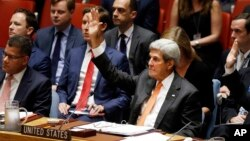 23일 뉴욕 유엔본부에서 열린 안보리 회의에서 존 케리 미국 국무장관이 전세계 각국의 핵실험 금지를 촉구하는 결의안 표결에서 손을 들어 찬성 의사를 밝히고 있다.