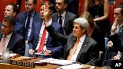 지난달 23일 뉴욕 유엔본부에서 열린 안보리 회의에서 존 케리 미국 국무장관이 전세계 각국의 핵실험 금지를 촉구하는 결의안 표결에서 손을 들어 찬성 의사를 밝히고 있다. (오른쪽)