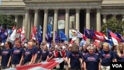 """2015年5月25日,华盛顿阵亡将士纪念日大游行在宪法大道举行。图为""""纪念日节庆合唱团""""的表演。(美国之音海伦拍摄)"""