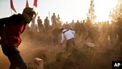 Kurdi sahranjuju Ahmeda Mustafu, borca Jedinica za zaštitu naroda, koji je podlegao povredama posle sukoba sa borcima Islamske države.