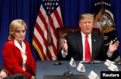 지난달 26일 도널드 트럼프 미국 대통령과 신디하이스스미스 공화당 상원의원이 사법개혁 법안인 '첫걸음법(FIRST STEP Act)' 관련 회의에 참석했다.