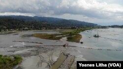 Kapal pengeruk sedang menimbun kawasan kompo dongi, sebuah tempat seluas 35 hektar yang akan dijadikan taman konservasi dongi dan pelestarian burung buatan dalam kegiatan penataan sungai Poso. (2/11/2019) Foto : Yoanes Litha