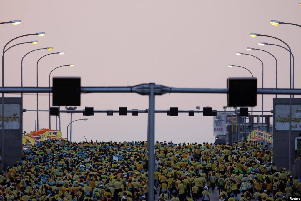 태국 방콕에서 마하 와찌랄롱꼰 태국 국왕의 공식 대관식이 끝난 후 국민들이 다리를 건너고 있다.