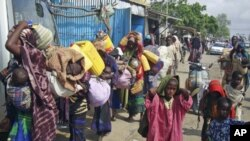 Des Somaliens fuyant la sécheresse arrivent à Mogadishu le 4 juillet 2011