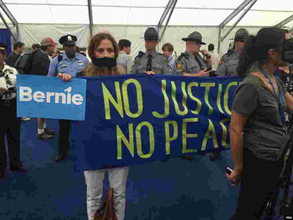 حامیان سندرز روز سه شنبه در محل حضور خبرنگاران تحصن کردند.