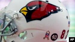 Helm milik pemain Arizona Cardinals yang menunjukkan logo Liga Sepakbola Nasional AS (NFL).